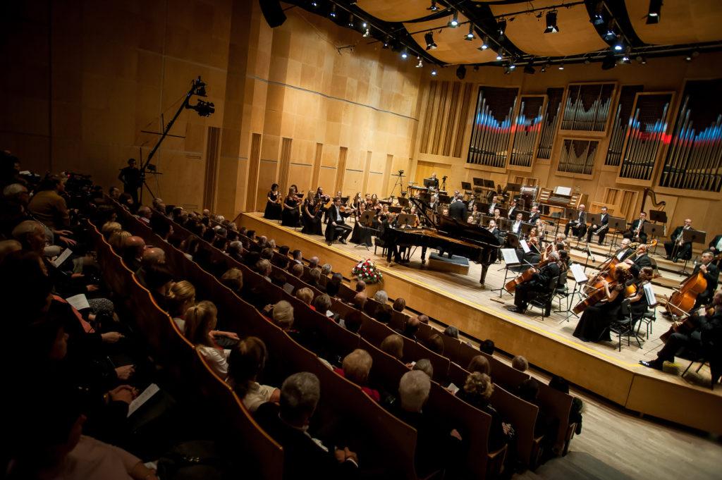 Krzysztof Książek podczas koncertu w Filharmonii Opolskiej